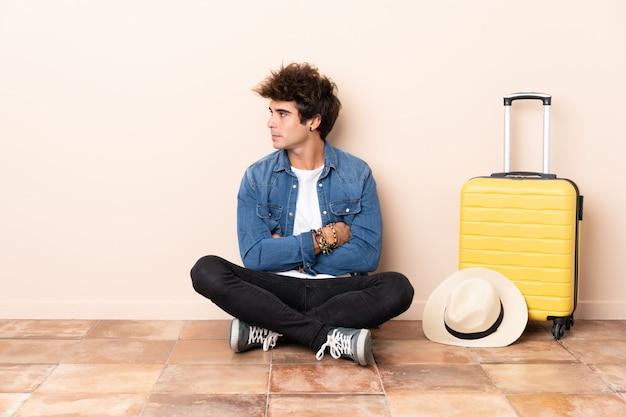 Homme voyageur avec valise à l'intérieur