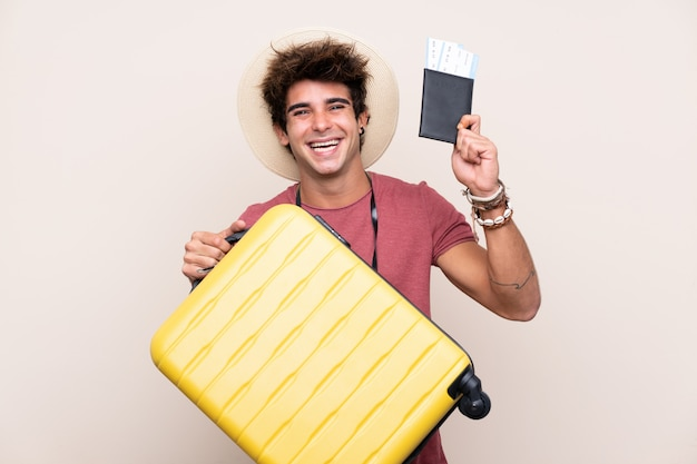 Homme voyageur avec valise sur mur isolé