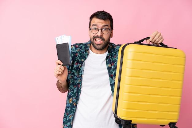 Homme voyageur avec valise