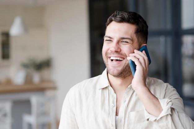 Homme vue de face avec large sourire