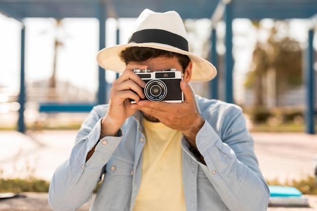 Homme vue de face prenant des photos