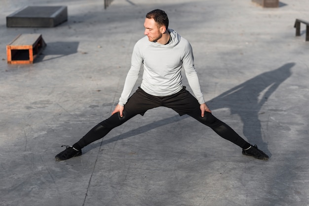 Homme vue de face réchauffer ses jambes