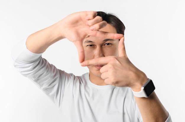 Homme vue de face avec smartwatch