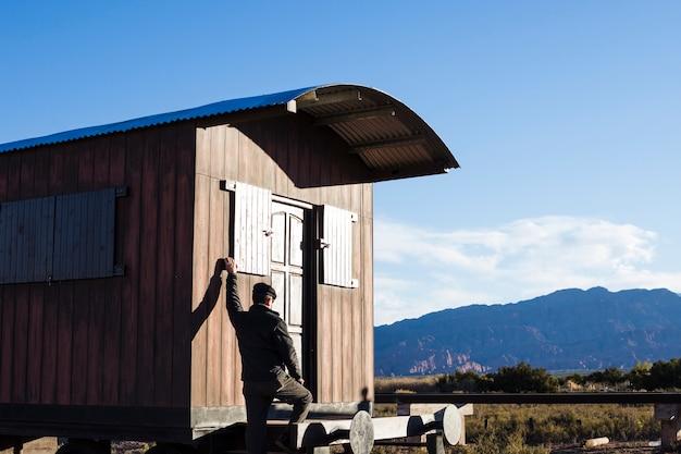 Homme sur wagon de train à l'extérieur