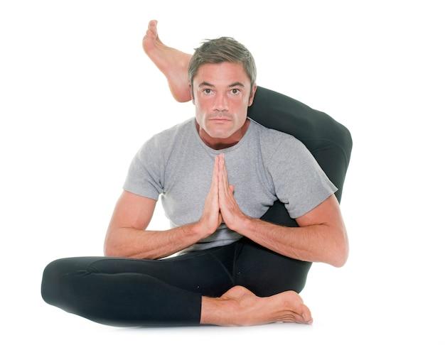 Homme de yoga isolé
