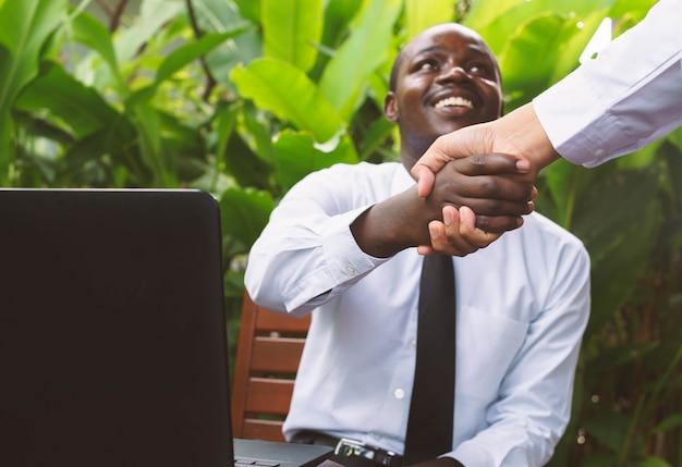 Hommes d'affaires africains se serrant la main