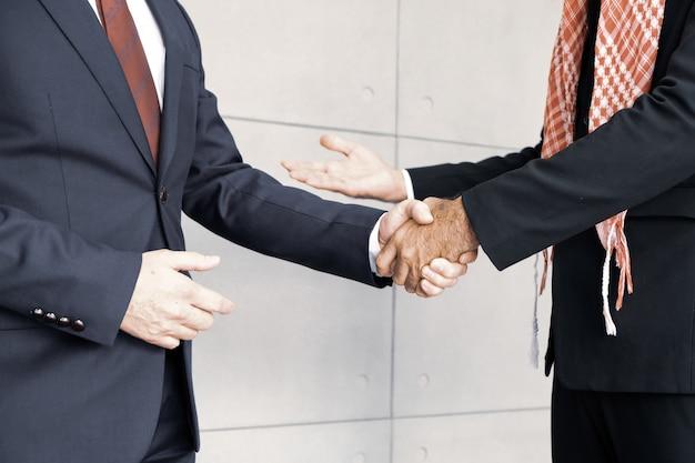 Des hommes d'affaires arabes s'unissent pour se mettre d'accord