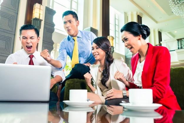 Hommes d'affaires asiatiques ayant réunion