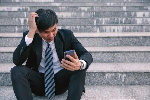 Hommes d'affaires asiatiques souffrant de maux de tête ou de migraines à l'hôtel de ville après le travail
