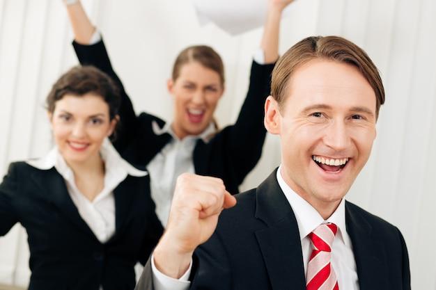Les hommes d'affaires au bureau ont beaucoup de succès