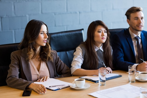 Hommes d'affaires ayant une discussion dans la salle de conférence au bureau