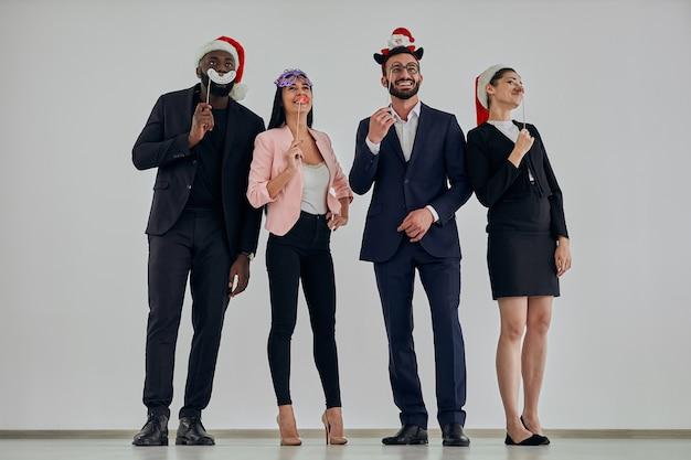 Les hommes d'affaires ayant une fête de mascarade