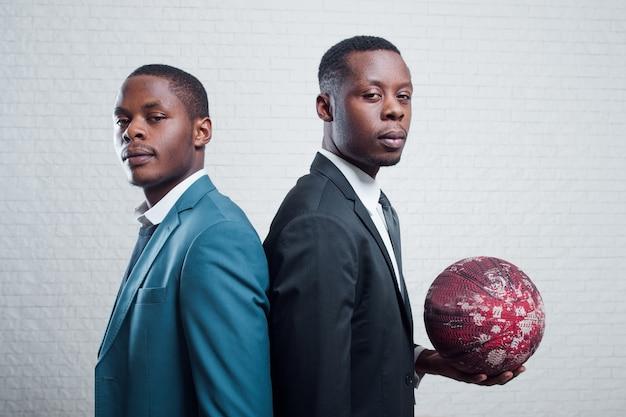 Hommes d & # 39; affaires avec ballon de foot