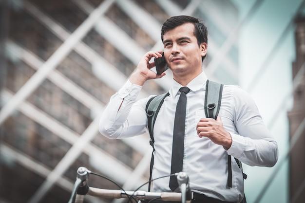 Hommes d'affaires à bicyclette