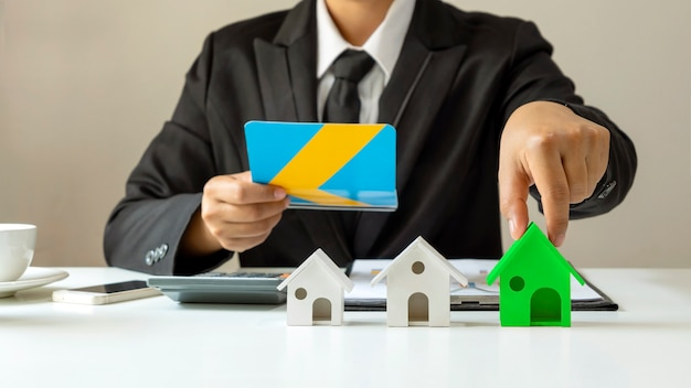 Les hommes d'affaires choisissent des modèles de maison écologiques pour des concepts d'économie d'énergie d'efficacité énergétique
