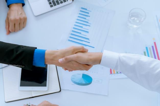 Hommes d'affaires concluant un accord en se serrant la main