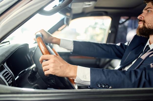 Hommes d'affaires en costume dans une voiture un voyage au travail riche en service de réussite