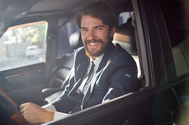 Hommes d'affaires en costume dans une voiture un voyage pour travailler riche