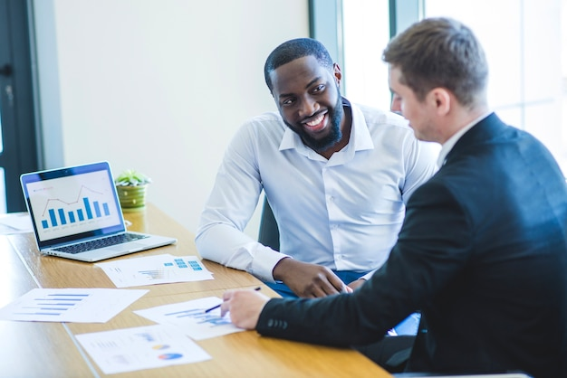 Hommes d'affaires dans un bureau
