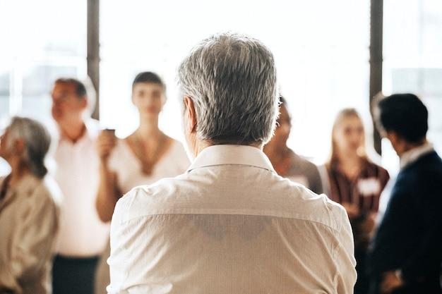 Hommes d'affaires dans une conférence d'affaires