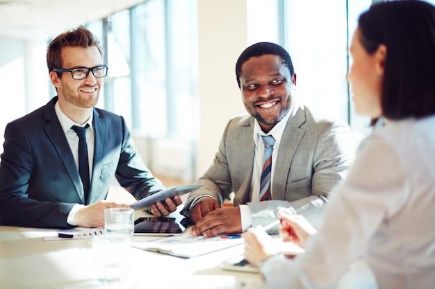 Les hommes d'affaires dans une interview