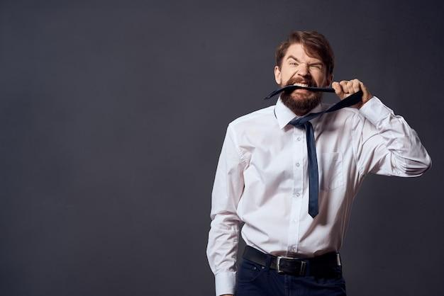 Hommes d'affaires détenant une cravate bureau exécutif fond sombre