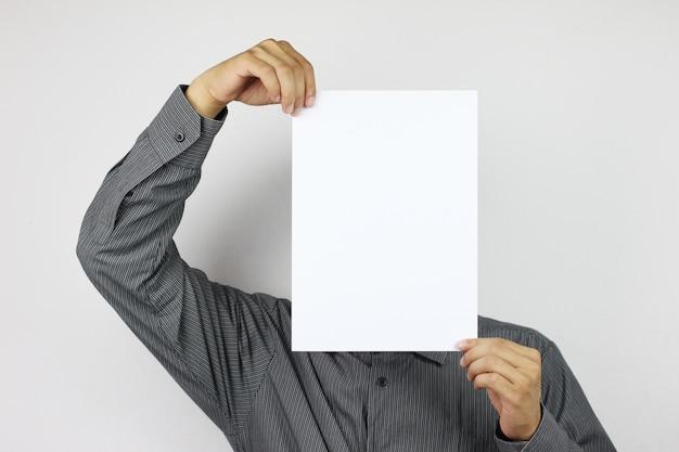Les hommes d'affaires détiennent du papier blanc vierge et disposent d'un espace de copie.