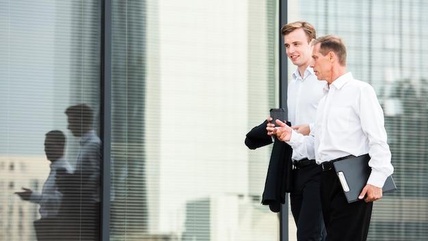 Hommes d'affaires discutant en marchant