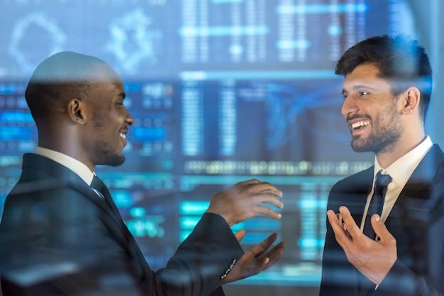 Les hommes d'affaires discutent sur le fond de l'écran virtuel