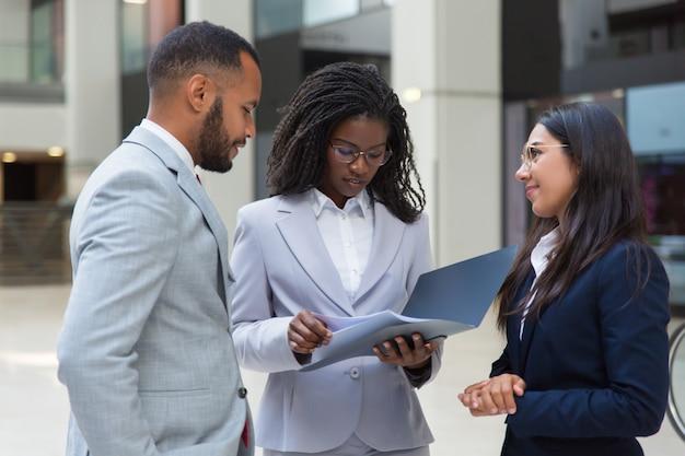 Hommes d'affaires diversifiés et confiants
