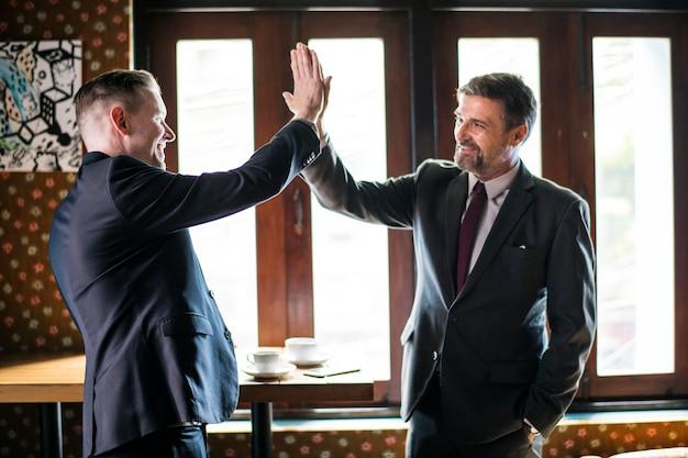Hommes d'affaires donnant un cinq haut