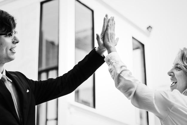 Hommes d'affaires donnant un high five ensemble