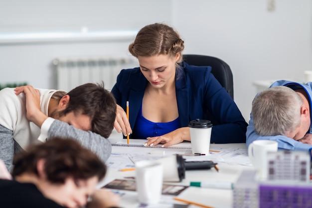 Hommes d'affaires dormant dans la salle de conférence lors d'une réunion