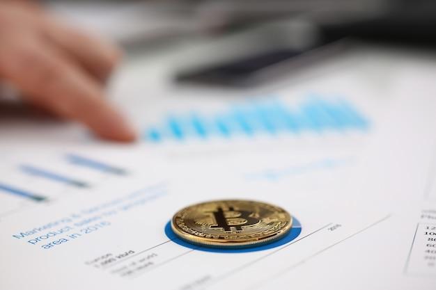 Hommes d'affaires étudient les documents closeup monnaie numérique