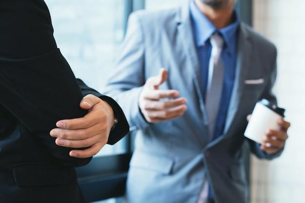 Les hommes d'affaires examinent les documents