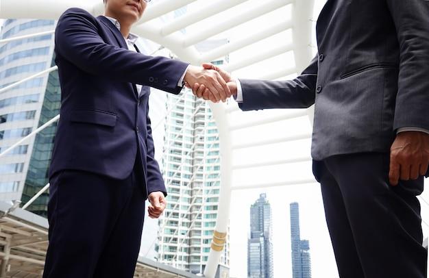 Hommes affaires, faire, secousse main