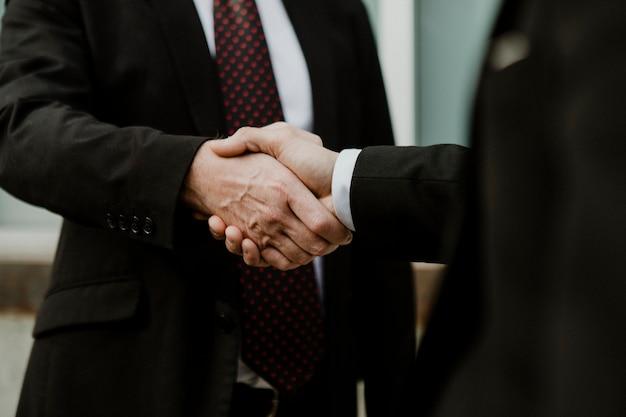 Hommes d'affaires faisant une affaire