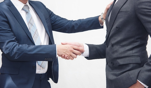Hommes d'affaires faisant l'étiquette de la poignée de main sur le blanc