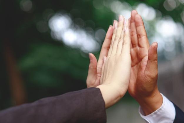 Les hommes d'affaires félicitent les ventes croissantes de l'entreprise