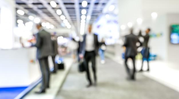 Hommes d'affaires floues sur le stand de l'exposition commerciale générique