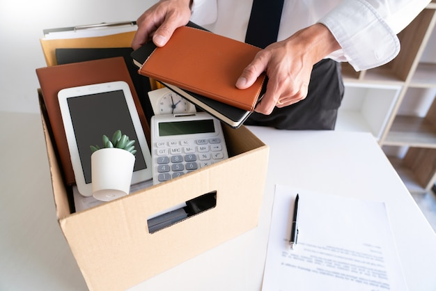 Hommes affaires, garder, sien, choses, carton, boîte