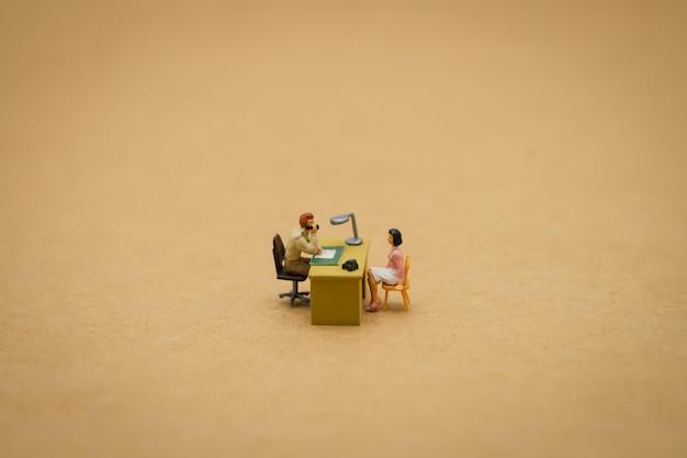 Hommes d'affaires gens miniatures entretien candidats pour envisager de travailler