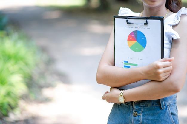 Hommes d'affaires et graphiques de la planification d'entreprise