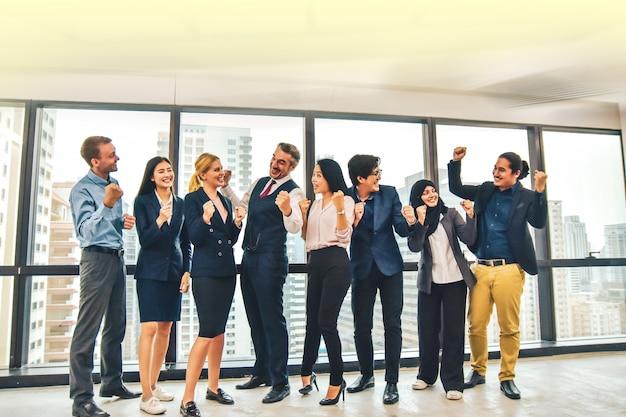Hommes d'affaires heureux au bureau