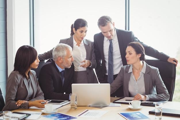 Hommes d'affaires en interaction dans la salle de conférence