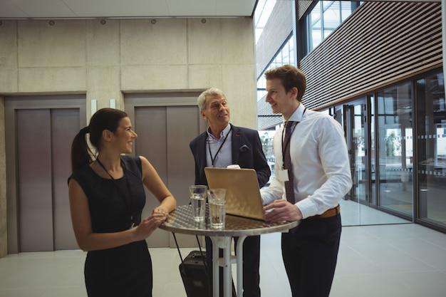 Les hommes d'affaires interagissant les uns avec les autres