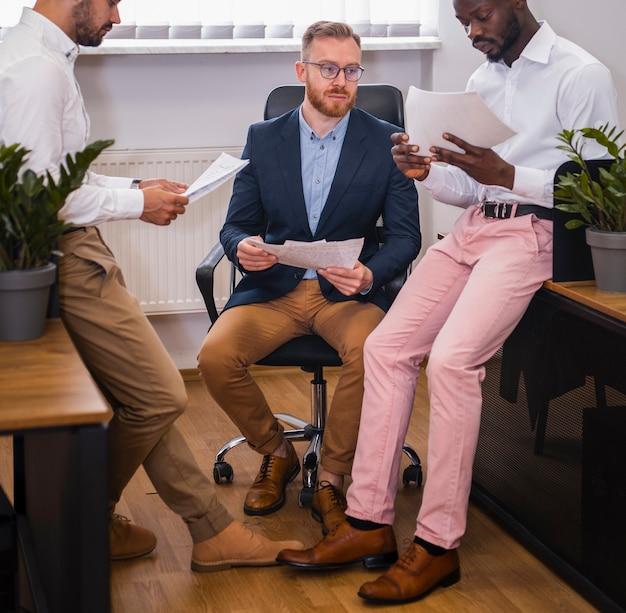 Hommes d'affaires interraciaux travaillant ensemble