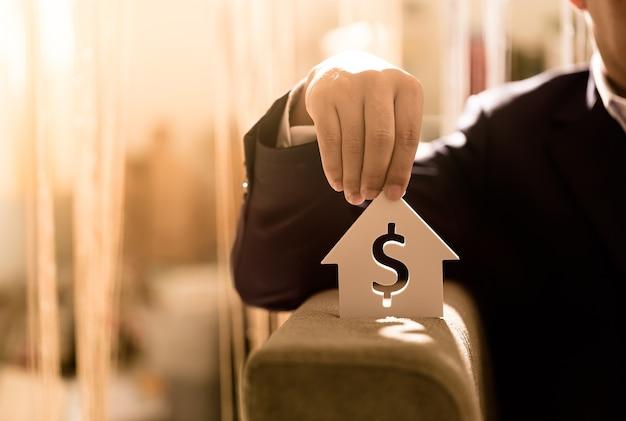 Les hommes d'affaires investissent pour l'avenir et les bénéfices.