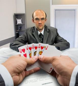 Hommes d'affaires jouant au poker au bureau