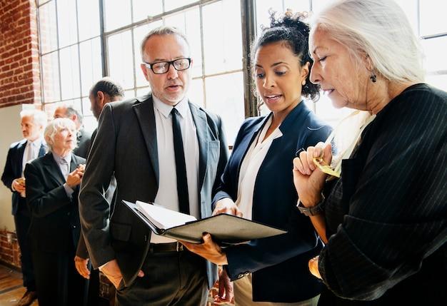 Hommes d'affaires lors d'une réunion d'affaires